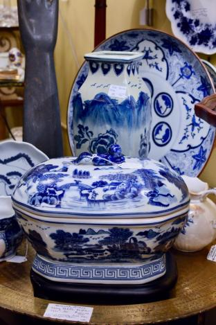 Chinese blue & white Canton tureen & base