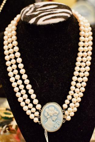 Lovely real shell pearl 3 stand necklace