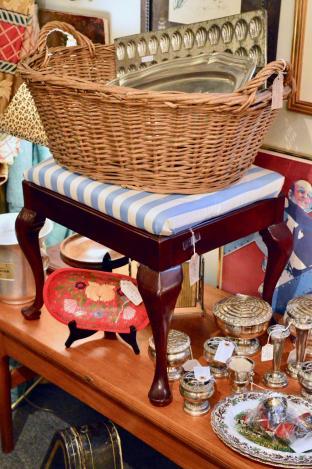 Mahogany ottoman w/ Queen Anne legs