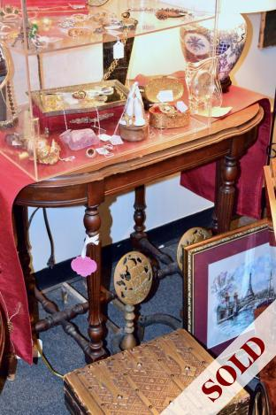 Vintage foyer / entry / side table w/ ornate carved legs