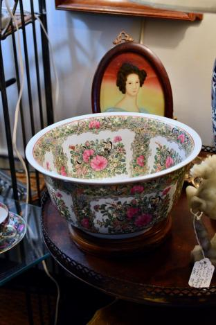 Rose medallion bowl & stand