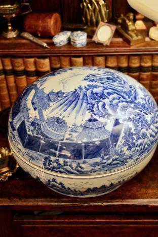 Blue & white lidded bowl